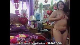 عراقية بجسم نار تتعرى من قميص نومها قدام الكاميرا وتفرك كسها علي ...